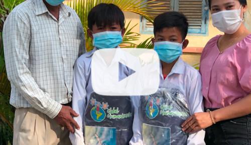 Entrega de material escolar en Treang Video