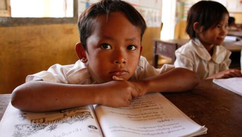 Entrega de material escolar en Treang